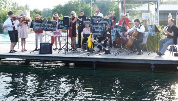 """""""Klassik im Freibad"""" im Naturschwimmbad Grone - eine alljährlich stattfindende, beliebte Veranstaltung mit den Göttinger Nostalgikern"""