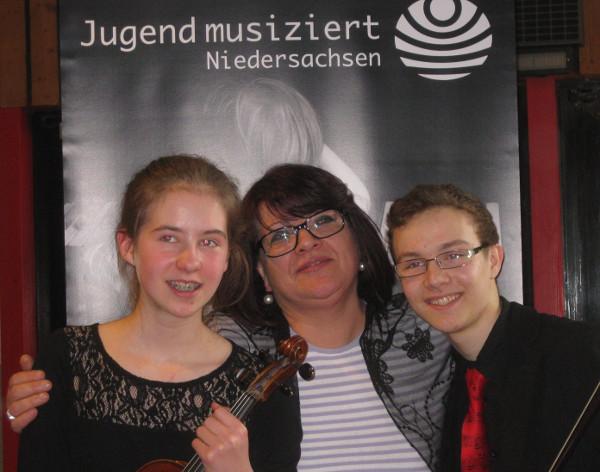 Timon Knötzele und Clara Dobbelstein mit Lehrerin Mariana Suciu