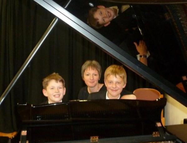 Eric Samuel Edmundson und Andreas Dobbelstein mit Lehrerin Tünde Zeke