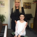 Lily Lorenz mit Klavierlehrerin Inga Evers