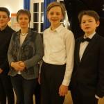 Tünde Zeke mit ihren Preisträger-Schülern: Johann Diego Asmus León, Andreas Dobbelstein und Eric Samuel Edmundson. Sie werden sich im Landeswettbewerb beweisen.