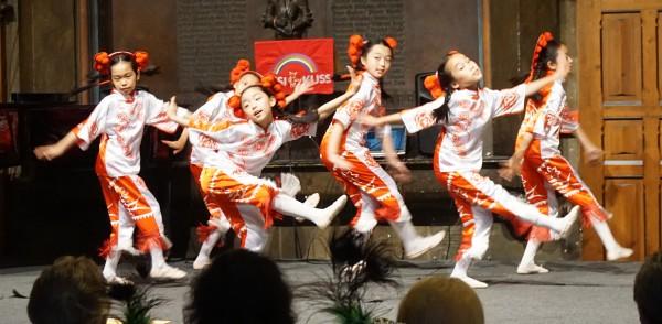 Kleine Chinesinnen tanzen