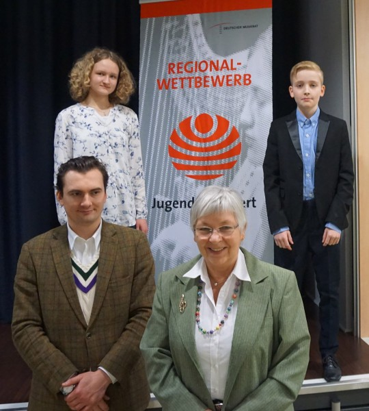 Mia und Valentin mit Lehrern: Oleksandr Savenok, Christine Büttner