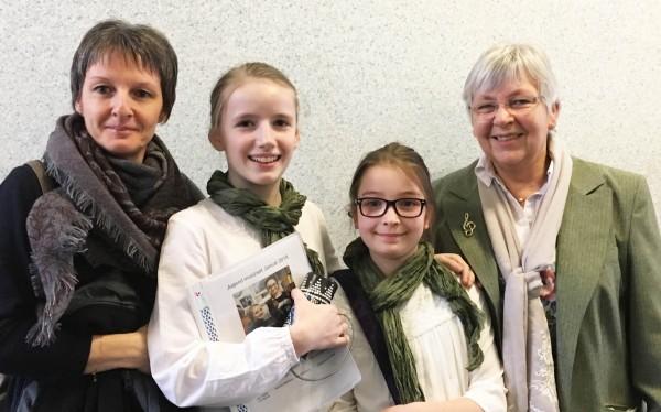 Karlotta Bartosch (Blockflöte) und Lara Neßelhut (Klavier) mit ihren Lehrerinnen Christine Büttner (Blockflöte) und Tünde Zeke (Klavier)