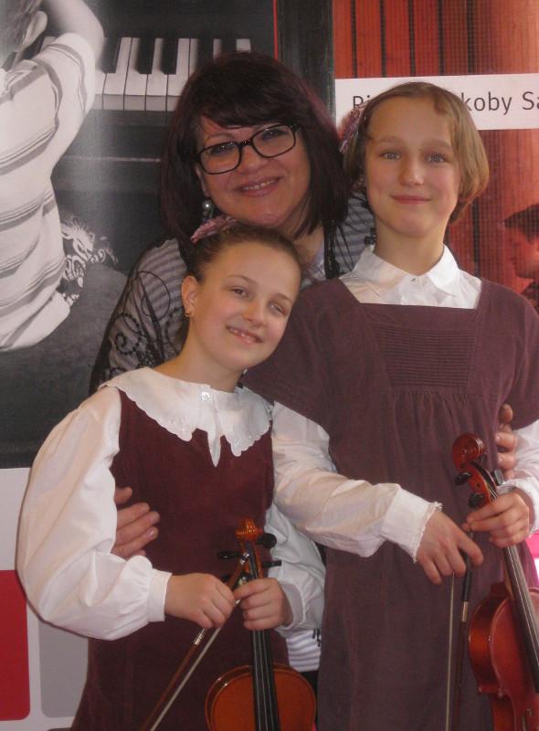 Rhoda Knötzele und Adina Merkler zusammen mit Lehrerin Mariana Suciu