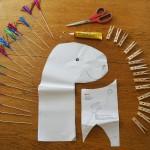 Du brauchst: Kleber, Schere, Wäscheklammern, Papier und Pappe, Eis-Sticker, eine Holzstange, und einen Tuschkasten.