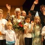 Moderator Juri Tetzlaff und Musikschulleiterin Christine Büttner winken dem Publikum.  ©Michael Hoetzel DGPh