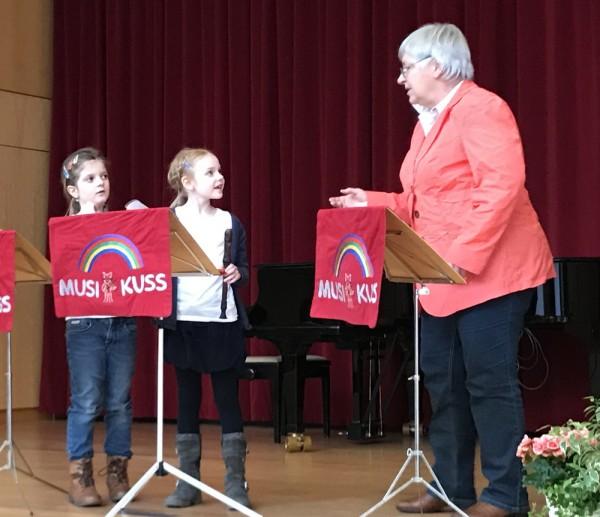 Mia Herborg, Luisa Mechmershausen und Lehrerin Christine Büttner