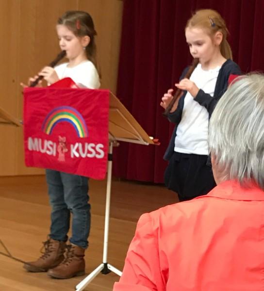 Mia Herborg und Luisa Mechmershausen, beide sind 7 Jahre alt