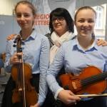 Johanna Diener und Rhoda Knötzele mit Geigenlehrerin Mariana Suciu
