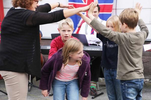 Kinder der benachbarten Heinrich-Grupe-Schule führten ein Sing- und Bewegungsspiel auf englisch auf.
